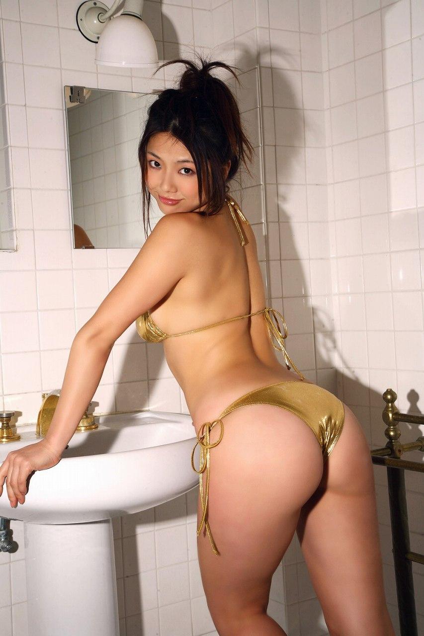 相澤仁美のケツに水着が食い込んだグラビア