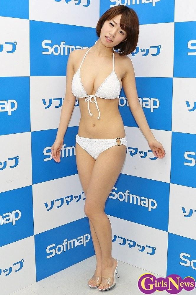 DVD「ふわふわキッス2」の発売記念イベントでソフマップに登場した菜乃花