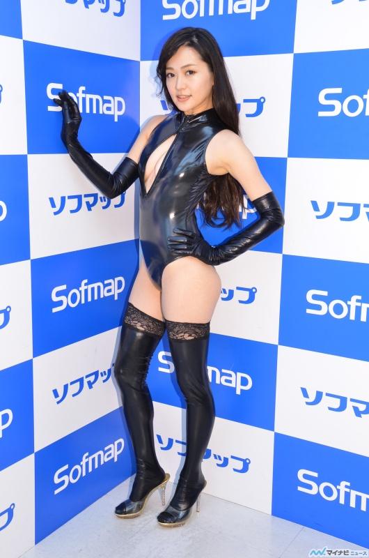 DVD『恋愛体質の彼女』発売記念イベントでソフマップに登場した山口愛実