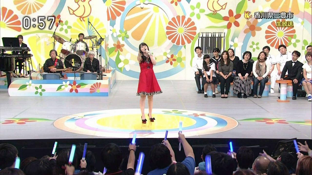 NHK「のど自慢」にゲスト出演して歌う水樹奈々
