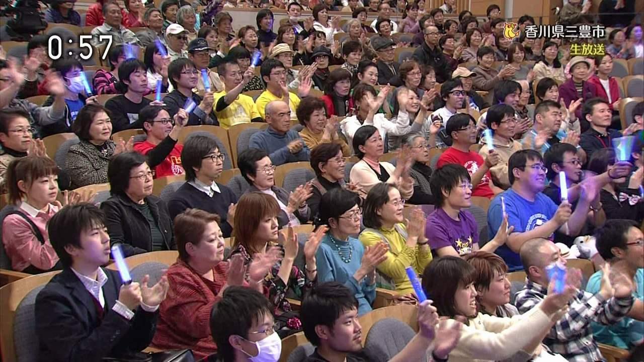 NHK「のど自慢」にゲスト出演した水樹奈々に声援を送る声優ファン
