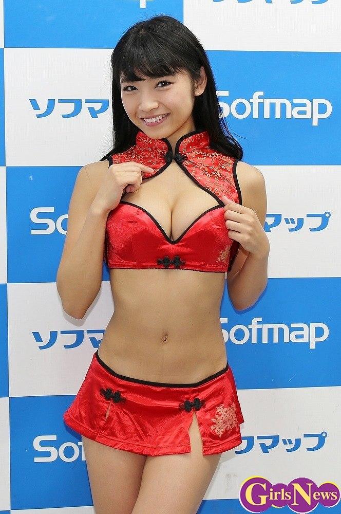 DVD&ブルーレイ「秘密のデート」の発売記念イベントでソフマップに登場した永井里菜