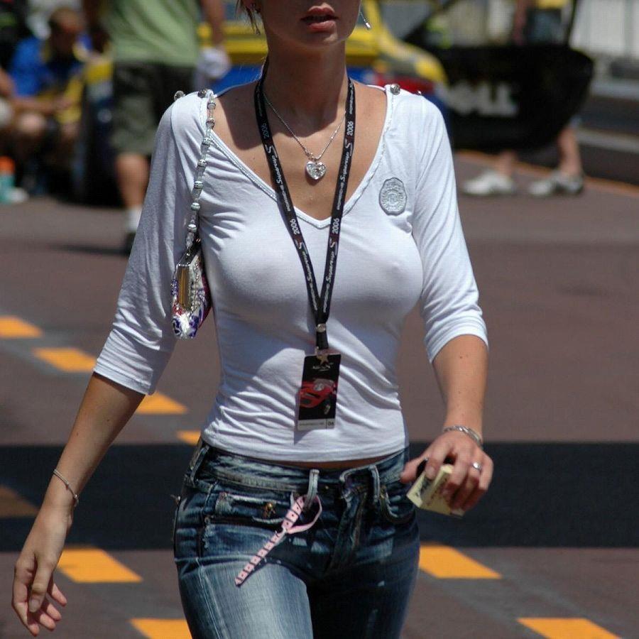 ノーブラで乳首くっきりのまま外を歩いている女