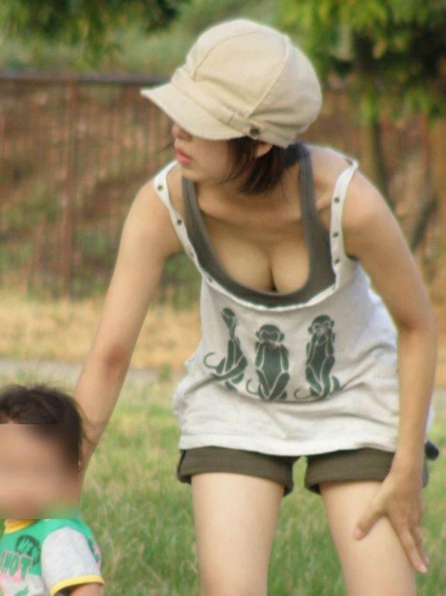 子連れママの胸チラ