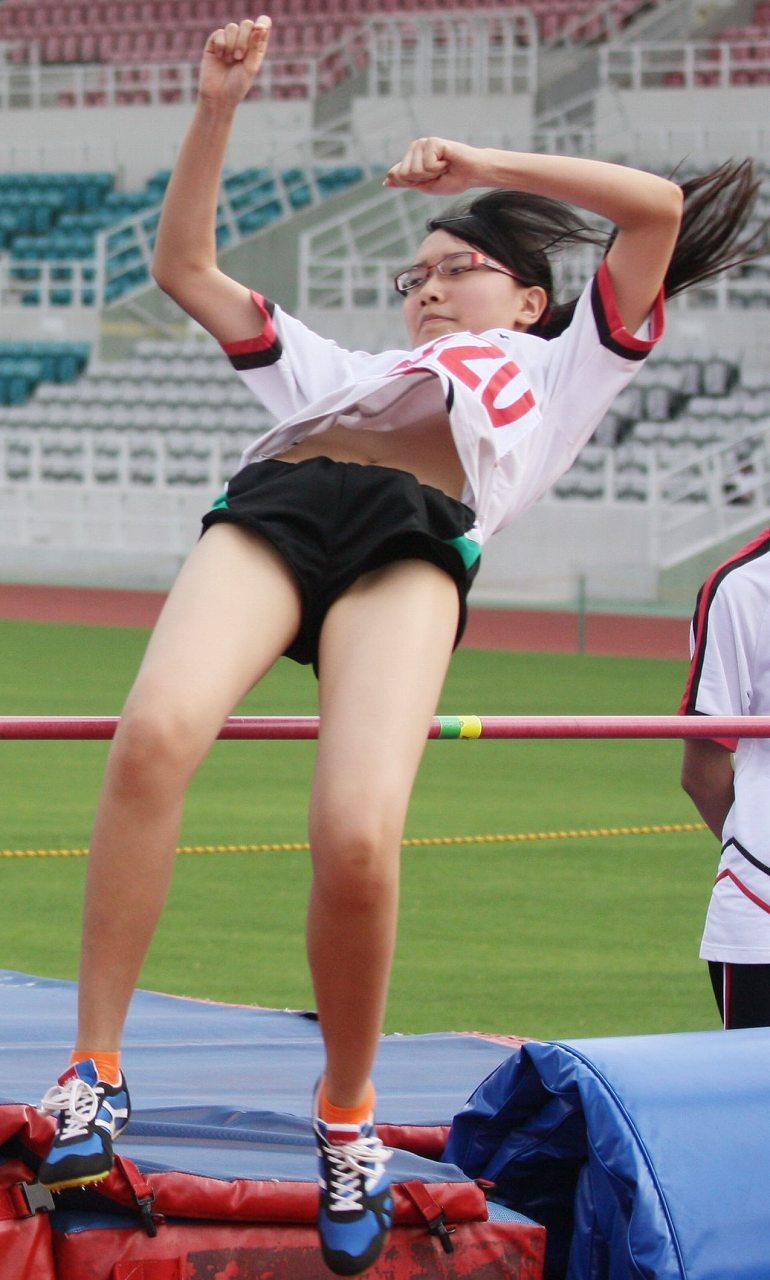 棒高跳びをしておっぱいポロリしてる陸上選手