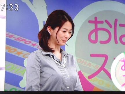 NHKでニュースを読む杉浦友紀アナの着衣おっぱい