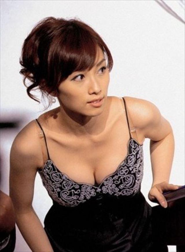 大胆ドレスを着ておっぱい谷間丸出しの亀井京子アナ