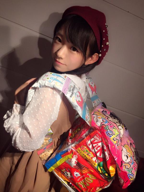 お菓子のランドセルを背負った長澤茉里奈