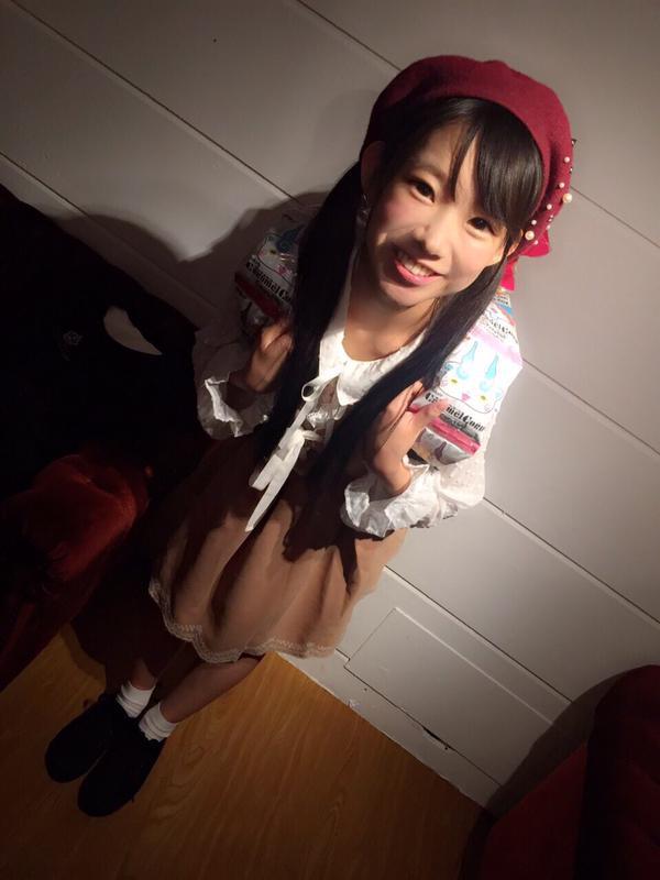 お菓子のリュックサックを背負った長澤茉里奈