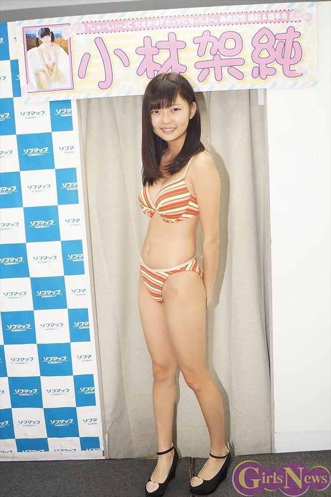 DVD『じゅーしぃーJC~かすみはFカップになったよ~』の発売記念イベントでソフマップに登場した小林架純