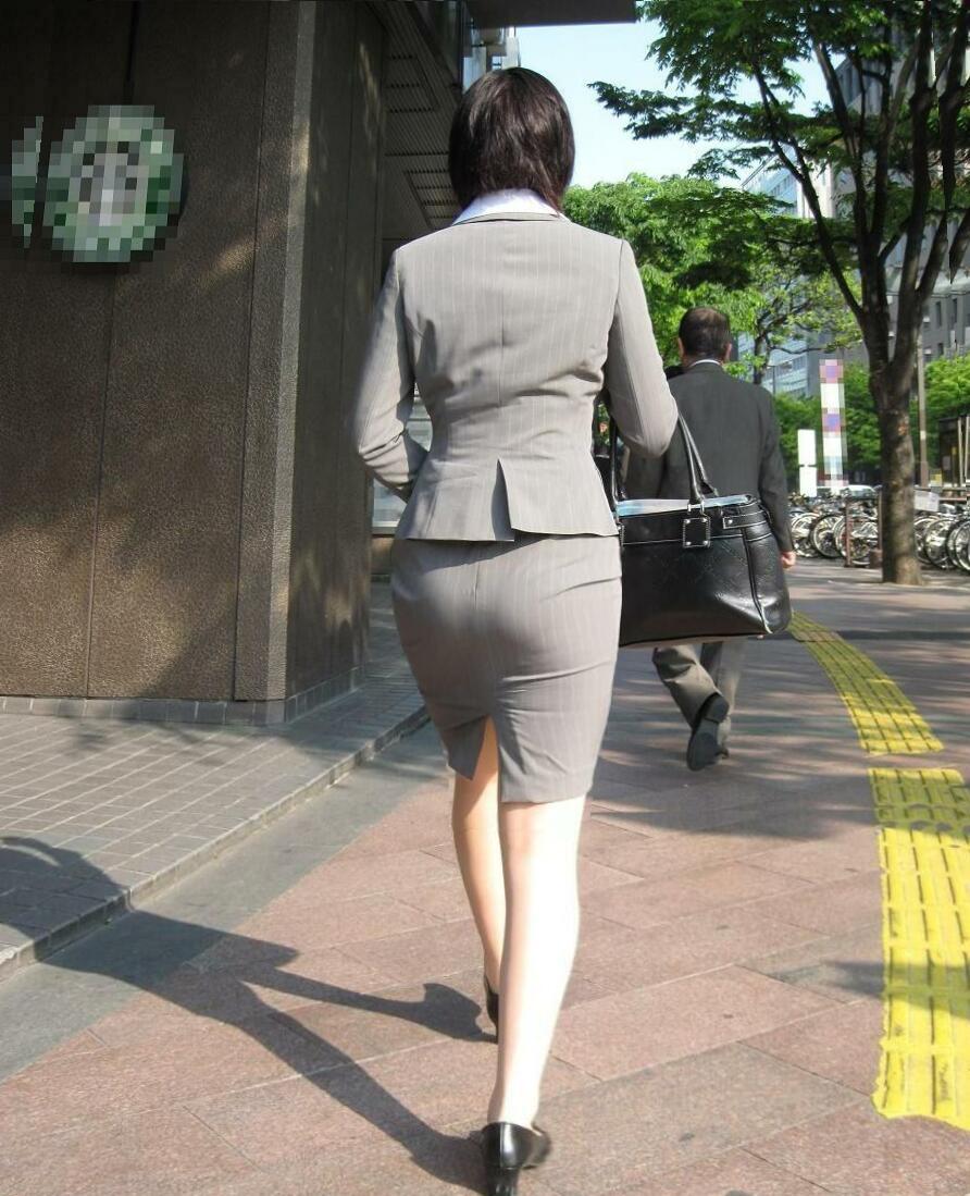 スーツを着たOLのむっちむちなタイトスカートお尻