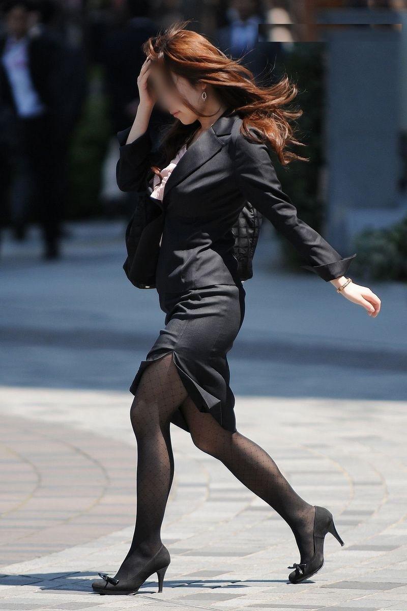 タイトスカートのスーツを着た女のスリットから見える脚