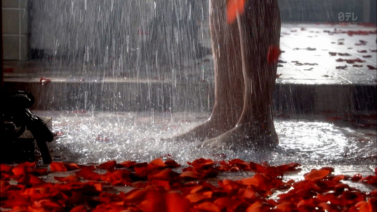 ドラマ「掟上今日子の備忘録」のシャワーシーンでびしょ濡れの新垣結衣の脚