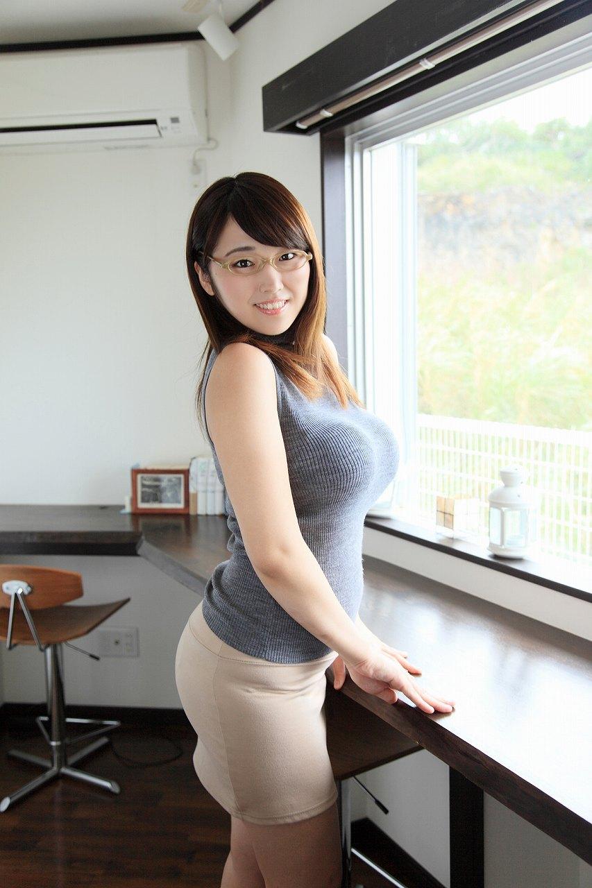 ニットを着た松本菜奈実の着衣おっぱい