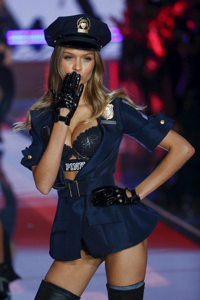 下着ブランド「ヴィクトリアズ・シークレット」ファッションショーに下着姿で登場したモデル