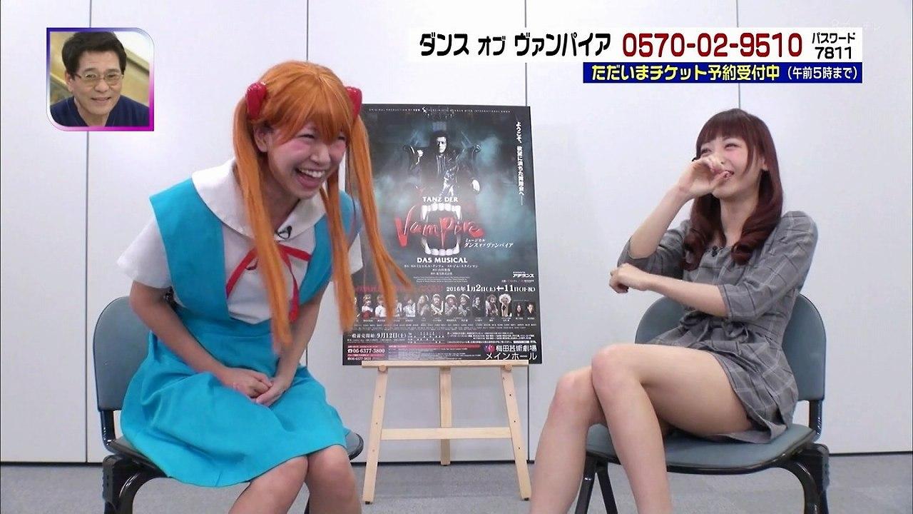 神田沙也加が椅子に座って丸出しにした太もも