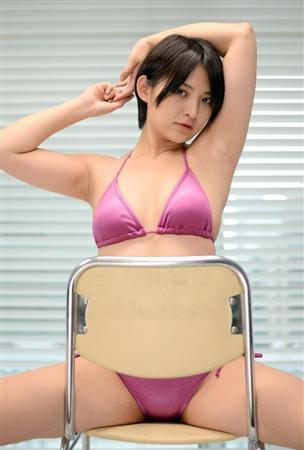 奇跡のAカップグラドル・鈴木咲の水着グラビア