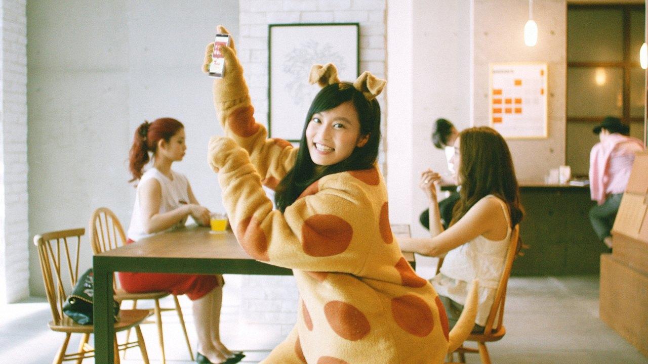 「チケットキャンプ」のCMで着ぐるみを着て踊る小島瑠璃子