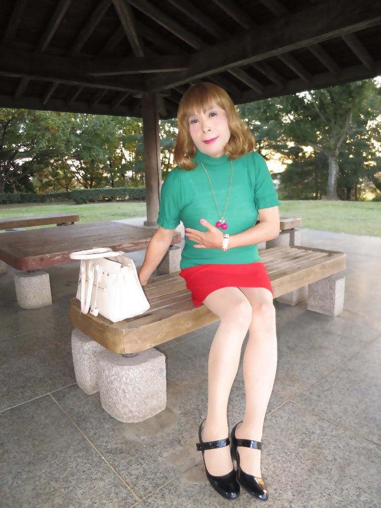 緑トップ赤ミニスカ公園(4)