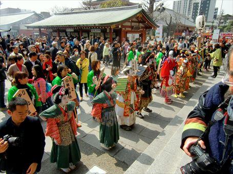 こども歌舞伎の出演者たちが浅草寺を参拝