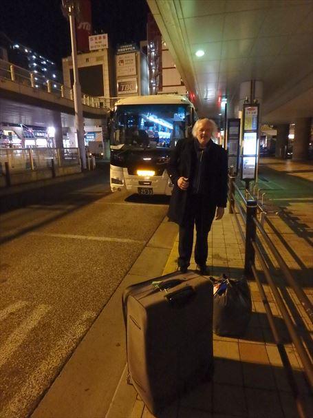 早朝北千住の羽田空港行きのバス停前で