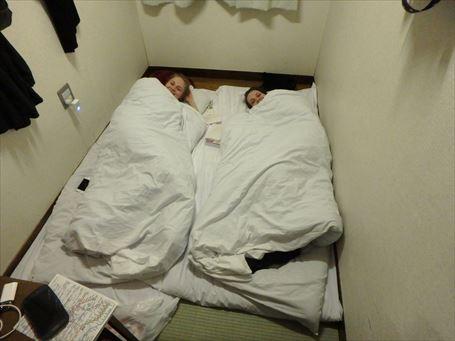三畳間に外国人が二人で泊まると