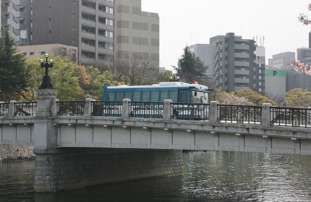 IMG_3011 機動隊バス(640x416)