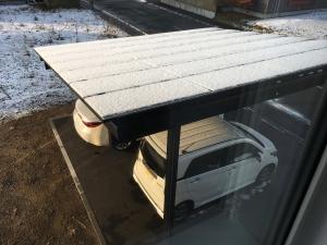 太陽光パネルに雪