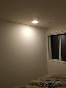 寝室の調光付きパネルミナ