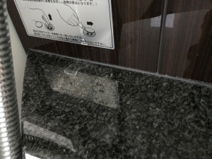 お風呂の洗面カウンターを壁の間