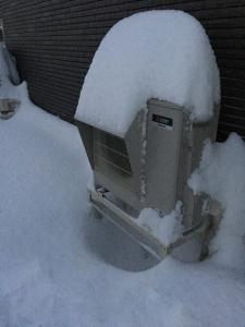 エコキュート室外機と雪