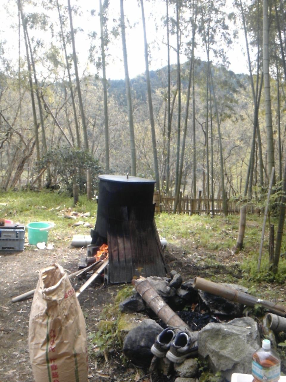 釜で湯を沸かす
