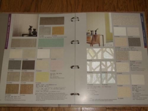 左)不織布貼り紙壁紙、右)ガラスビース、パルプ、炭酸カルシウム壁紙