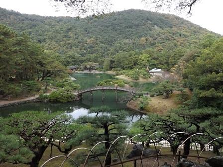 11編集_栗林公園飛来峰から園内を望む
