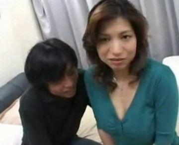 エロっぽい熟母さんが息子と公開セックスで萌える!