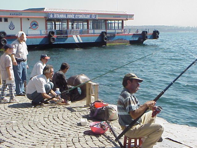 ガラタ橋近くで釣りをする人