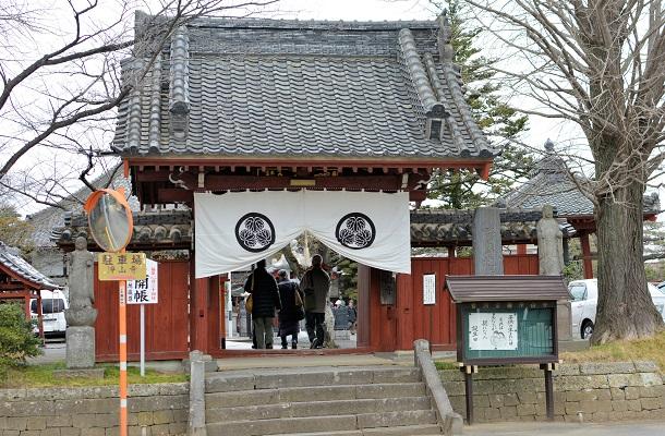 葵の御紋の幕が張られた浄山寺・山門