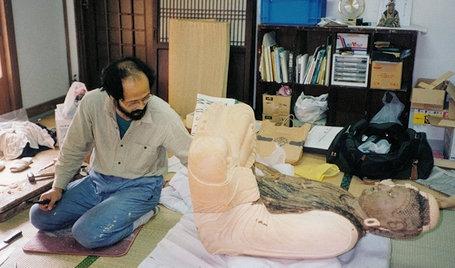 工房で国清寺釈迦如来像の修復作業をする牧野隆夫氏