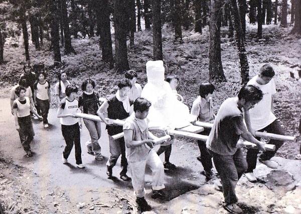 東北芸術工科大学の学生達に担がれお堂に戻る向居薬師堂・薬師像