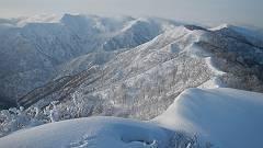 10タカマタギからみた雪稜-s
