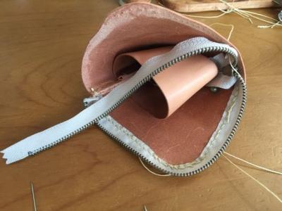 ファスナー縫い付け中