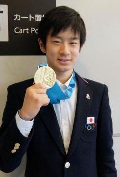 金メダルを見せる草太 成田空港