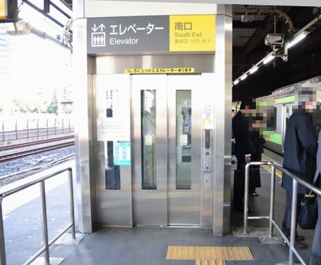 浜松町駅でエレベーターを利用して羽田へ