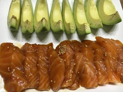 韓国風サーモン漬けとアボカド