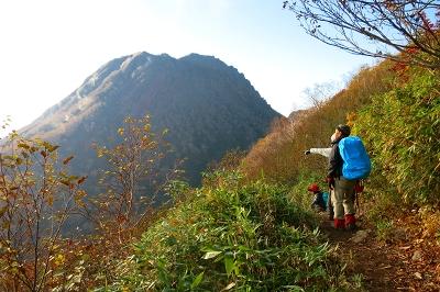 大倉乗越辺りに来ると妙高山がくっきり見えて来た