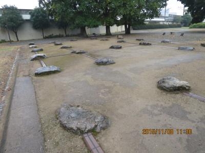 国分寺尼寺の跡(石は柱の基礎石)