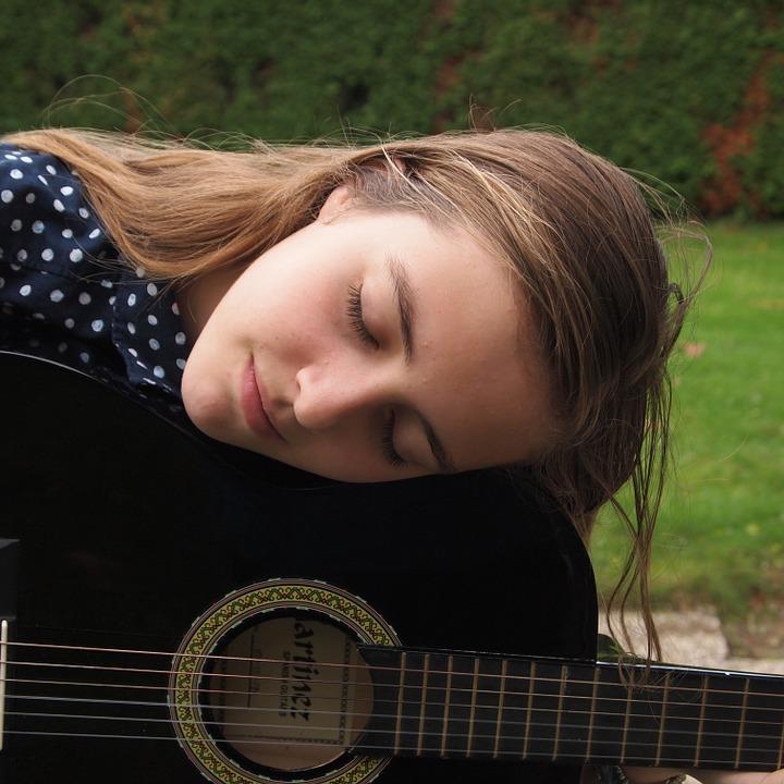 女性ギター