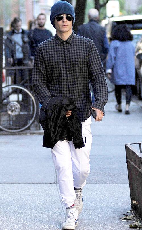 ジャレッド・レト(Jared Leto):ブラックデニム(BLK DNM)/アメリカンスティッチ(American Stitch)/オニツカタイガー(Onitsuka Tiger)/レイバン(Ray-Ban)