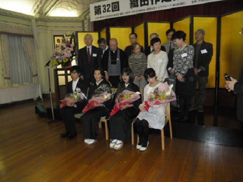 10 受賞者と選考委員との記念写真