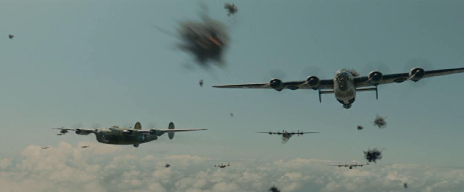 激しい対空砲火の中を飛行するB24の編隊